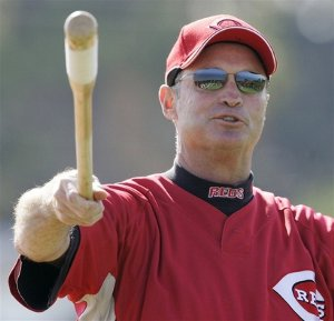 Reds manager Jerry Narron shows off his mad juggling skills.