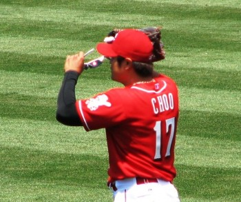 Shin-Soo Choo puts on his sunglasses in center field.