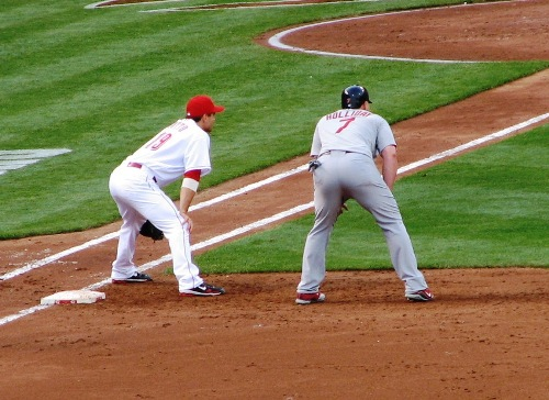 Votto stays close to Holliday on first